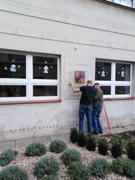 Sobotní montáž označení školní budovy 2