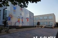 Pohled na školu s tělocvičnou